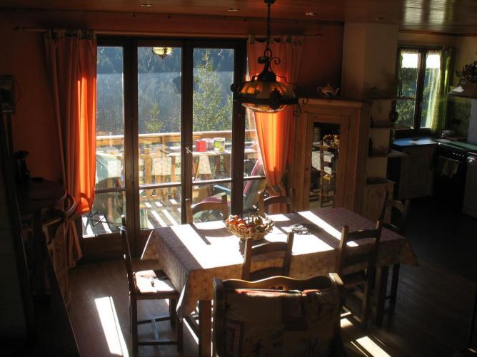 baie vitrée dans pièce à vivre